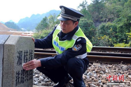 陆日峰巡查至湘桂线铁路终点。湘桂铁路线的终点也是中国通往越南国际铁路的起点。 蒋雪林 摄