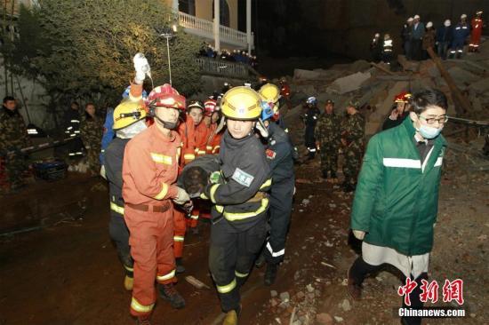 1月20日晚7时30分,湖北襄阳市南漳县城关镇便河村海市蜃楼酒店背后出现山体崩塌,导致酒店部分建筑垮塌。目前,救援仍在进行中。 消防供图