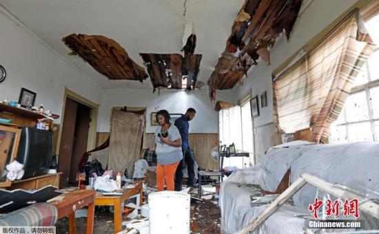 当地时间1月21日,美国密西西比州哈蒂斯堡遭遇龙卷风袭击,导致数人丧生,房屋、树木等受损严重。图为被龙卷风损毁的家园。