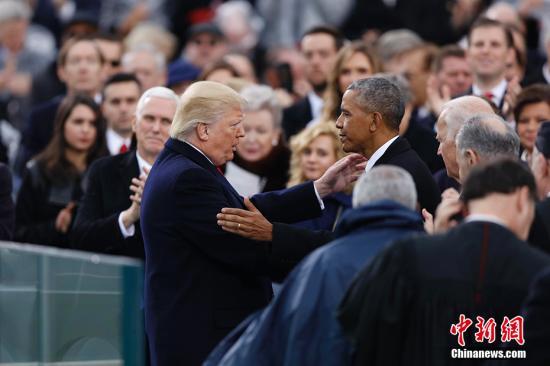 资料图:美国总统特朗普(左)与前总统奥巴马。 <a target='_blank' href='http://www.chinanews.com/'>中新社</a>记者 廖攀 摄