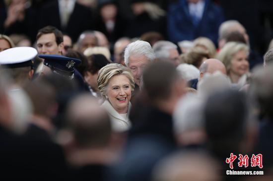 特朗普曾经的对手希拉里和丈夫克林顿出席典礼。 中新社记者 廖攀 摄