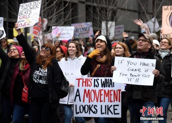 当地时间1月21日,特朗普就职次日华盛顿爆发大规模示威游行。华盛顿市内多条主要街道和地标性建筑附近涌入大量民众。有消息称,当天参与游行的人数超过50万。 中新社记者 刁海洋 摄