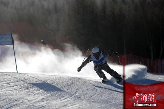 """1月22日,2016-2017年""""喜玛尔图""""杯中国高山滑雪巡回赛第四站比赛在河北崇礼万龙滑雪场进行。该赛事分为五站,旨在打造高品质国家级高山滑雪赛事,将大众滑雪和专业滑雪相融合,吸引更多人参与滑雪运动,推动中国冰雪产业的发展,助威冬奥。<a target='_blank' href='http://www.chinanews.com/'>中新社</a>记者 盛佳鹏 摄"""