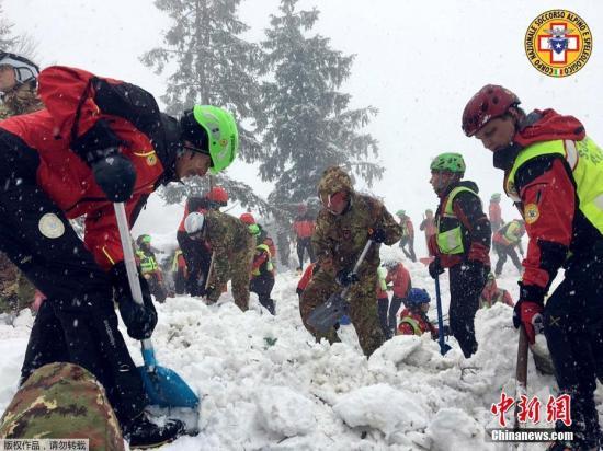 当地时间2017年1月21日,意大利彭内,搜救工作持续进行。意大利中部的一处滑雪度假酒店当地时间1月18日遭到雪崩掩埋,造成宾馆内超30人失踪。搜救行动已进入第3天。
