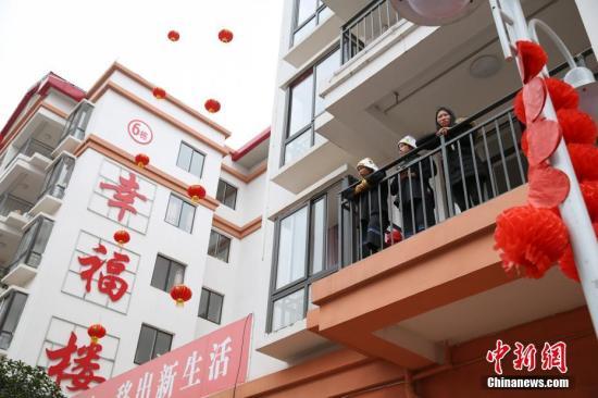 资料图:贵州省惠水县经济开发区明田移民新区民众自发集体过大年。目前,这个安置点已入住搬迁民众893户3750人。贺俊怡 摄