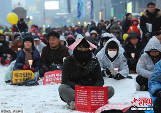 当地时间2017年1月21日,韩国首尔,民众冒着严寒在光化门广场上举行第13次烛光集会,要求被停职总统朴槿惠下台。