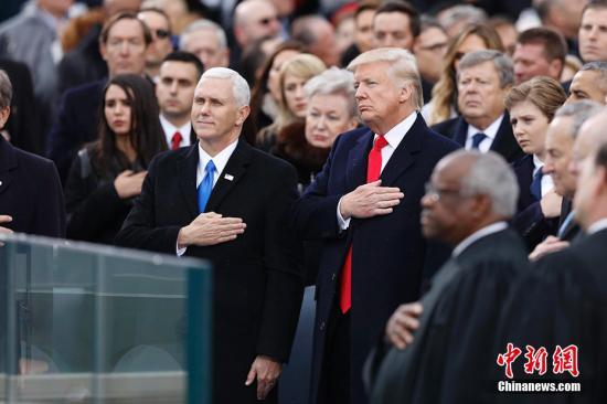 资料图:当地时间1月20日,美国新任总统就职典礼在华盛顿哥伦比亚特区举行。特朗普在国会大厦宣誓就职,正式成为第45任美国总统。图为特朗普和彭斯在典礼上。 <a target='_blank' href='http://www.chinanews.com/'>中新社</a>记者 廖攀 摄