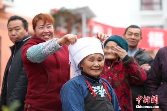 资料图:2017年1月22日,贵州省惠水县经济开发区面带笑容的搬迁民众。<a target='_blank' href='http://www.chinanews.com/'>中新社</a>记者 贺俊怡 摄