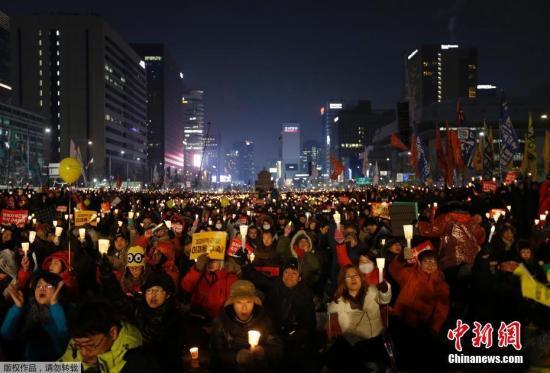 资料图片:韩国民众举行烛光集会示威。