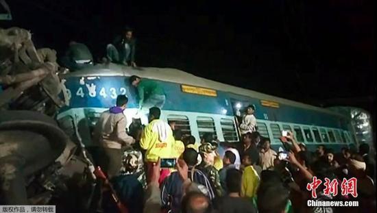 当地时间1月21日晚,印度东南部发生火车出轨事故。