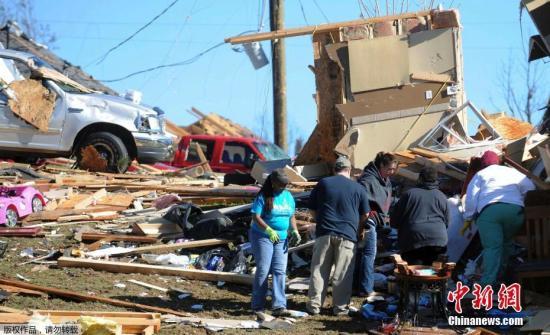 1月22日,美国密西西比哈蒂斯堡的居民在清理被龙卷风损毁的家园。1月21日和22日,美国东南部地区遭强烈暴风雨和龙卷风席卷肆虐,已经导致至少16人死亡。