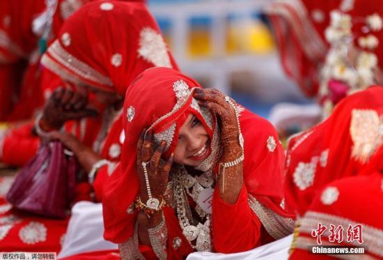 当地时间1月22日,印度孟买举行集体婚礼,75对新人现场喜结连理。