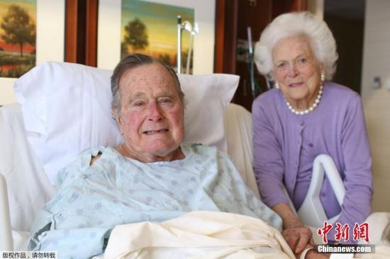 资料图:据外媒报道,2017年,美国前总统老布什(George H.W. Bush)的发言人1月22日说,德州休斯敦一家医院的医生可能再过一、两天就让老布什转出加护病房,他的肺炎发作一星期后,生命迹象已回复正常。图为1月23日,老布什和妻子芭芭拉(Barbara Bush)在医院病房里合影。