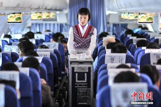 资料图:乘务员在飞机上为旅客提供服务。楚洪雨 摄