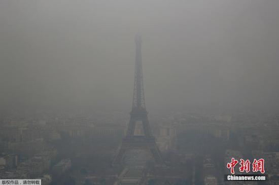 资料图:2017年1月24日,法国遭遇空气污染,埃菲尔铁塔若隐若现。