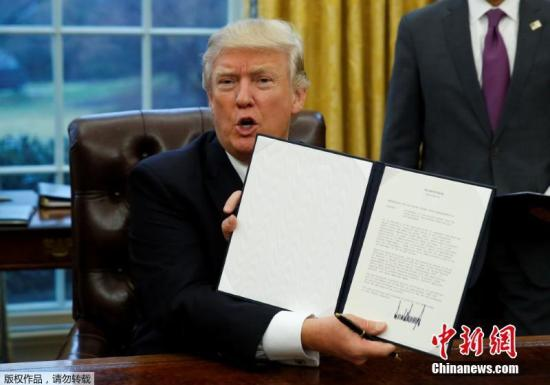 当地时间2017年1月23日,美国华盛顿,美国总统特朗普23日签署行政命令,正式宣布美国退出跨太平洋伙伴关系协定(TPP)。特朗普在白宫椭圆办公室签署了上述行政命令。他表示对于退出TPP对美国工人而言是一件好事。
