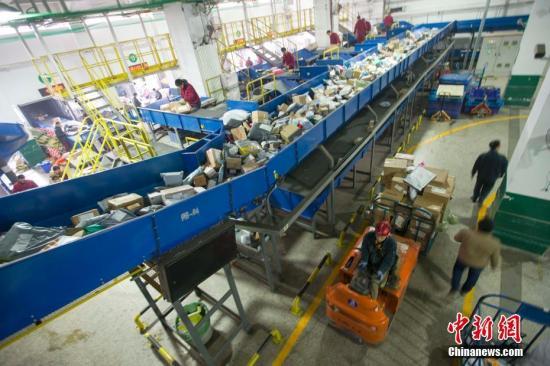 资料图:太原邮区中心局接发邮件包裹。张云 摄