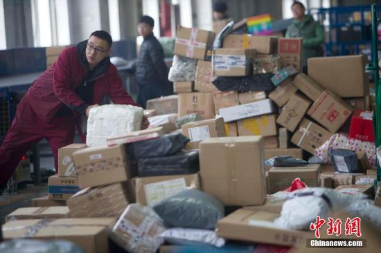 随着中国农历春节即将到来,大量快递包裹涌入邮局,使得业务量暴增。据山西邮政工作人员介绍,近期太原邮区中心局接发邮件包裹数量逐日增加,日均处理量峰值超过45万件,突破历史峰值。张云 摄