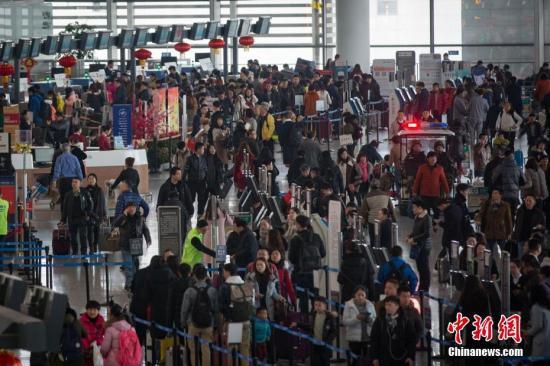 1月25日,大批旅客在南京禄口国际机场办理登机手续。随着春节临近,中国铁路、民航迎来客流高峰期。中新社记者 泱波 摄