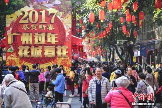 资料图:2017年春节,广州西湖路花市。<a target='_blank' href='http://www.chinanews.com/'>中新社</a>记者 陈骥�F 摄