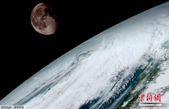 资料图:地球及远处的月球隔空相望。GOES-16于2016年11月19日从美国卡纳维拉尔角发射升空,自此开启了地球观测任务。据美国国家海洋和大气局介绍,GOES-16拍摄的照片分辨率为先前GOES卫星的4倍。