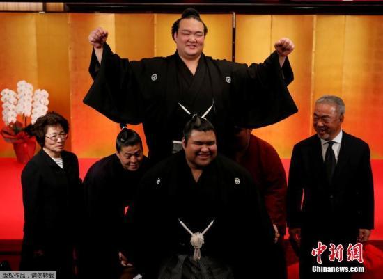 资料图:日本相扑运动员稀势之里出席晋级仪式,由大关等级晋升为最高的横纲。