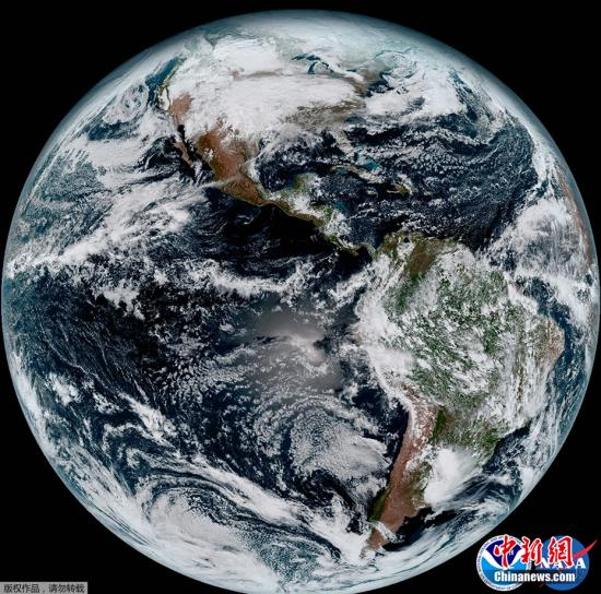近日,NASA和美国国家海洋和大气局(NOAA)公布了气象卫星GOES-16传回的首批高清地球照片。这批照片的分辨率为先前GOES卫星的4倍,清晰的显示了从太空中看到的地球家园的壮美景色。