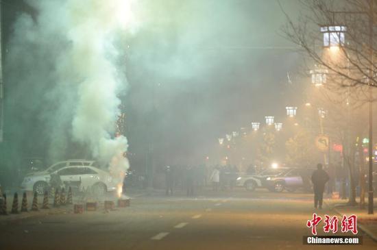 1月28日,除夕夜晚间0点左右,呼和浩特街头燃放礼花,空气能见度不佳。据悉,大年三十,呼和浩特日间空气状况为优、良等级,晚间9时出现恶化,至除夕凌晨3时左右空气质量指数(AQI)为500,属于严重污染级别。记者 刘文华 摄