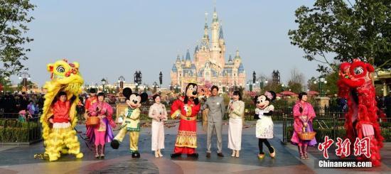 """1月28日,上海迪士尼度假区以中国传统的舞狮仪式庆贺正月初一,开启金鸡新年。上海迪士尼度假区总经理郭伟诚(Philippe Gas)与米奇、米妮和身着""""财神""""服的高飞等迪士尼朋友一起,为游客和度假区演职人员送上新春祝福。<a target='_blank' href='http://www.chinanews.com/'>中新社</a>发 申海 摄"""