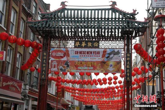 资料图:英国伦敦唐人街张灯结彩。记者 周兆军 摄