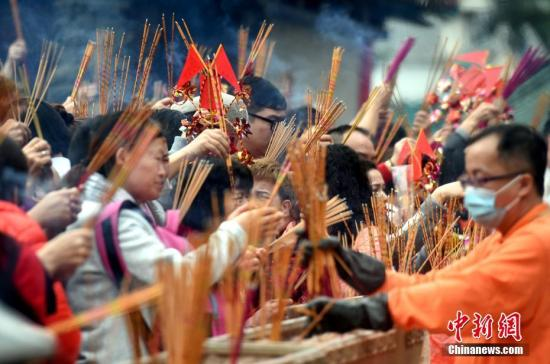 1月28日,大年初一,香港黄大仙祠香客云集。黄大仙祠是香港最著名的庙宇之一,享负盛名。每年农历正月初一至十五,都有大量善信前往该祠烧香祈福。<a target='_blank' href='http://www.chinanews.com/'>中新社</a>记者 张宇 摄