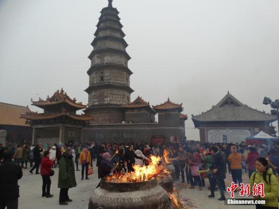 资料图:河南平顶山市香山寺,民众烧香祈福。韩章云 摄