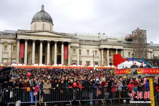 """当地时间1月29日,2017年""""文化中国・四海同春""""欧洲二团亮相英国伦敦特拉法加广场,拉开了丁酉鸡年春节欧洲巡演的序幕。图为现场观众。 <a target='_blank' href='http://www.chinanews.com/'>中新社</a>记者 付强 摄"""