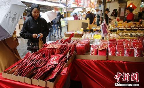 资料图:民众购买红包袋。 中新社记者 陈小愿 摄
