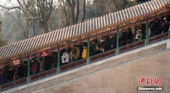 资料图:春节长假过半,大量游客在颐和园佛香阁排队前行。 <a target='_blank' href='http://www.chinanews.com/'>中新社</a>记者 侯宇 摄