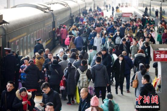 2月1日,山西太原,民众在火车站准备乘车。当日,中国铁路迎来返程客流高峰。 记者 张云 摄