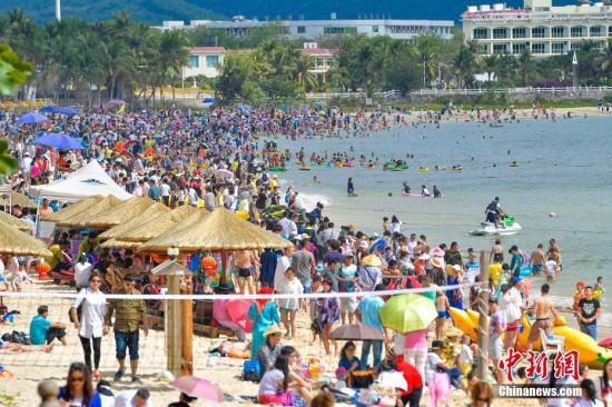 资料图:黄金周游客扎堆沙滩。 <a target='_blank' href='http://www.chinanews.com/'>中新社</a>记者 骆云飞 摄