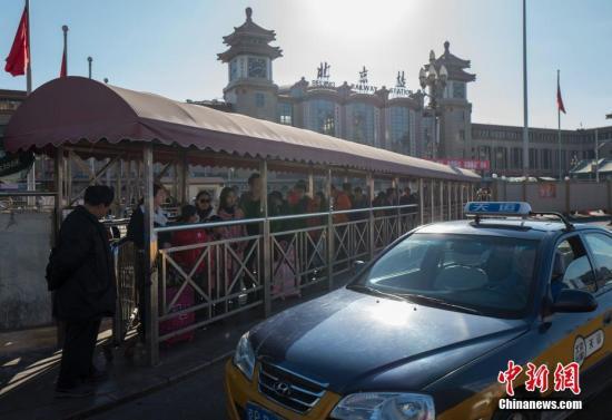 资料图:北京火车站外的出租车等候处。 <a target='_blank' href='http://www.chinanews.com/'>中新社</a>记者 侯宇 摄