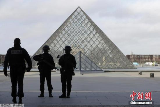 当地时间2月2日,巴黎卢浮宫附近发生公共安全事件,士兵开枪击中一名男子。目前,卢浮宫附近区域已经被疏散。据路透社报道称,该男子试图携带一个手提箱进入卢浮宫博物馆位于地下的商店,遭到士兵枪击。警方称,该地区已经被疏散。图为法国警方在卢浮宫入口前警戒。