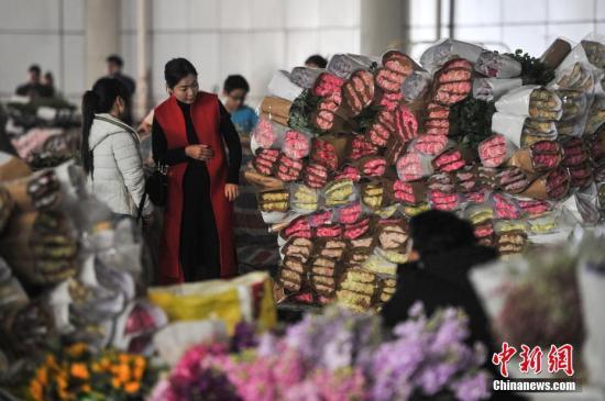 2月4日,春节长假刚刚结束,昆明斗南花卉市场内依旧人气旺。据花农介绍,春节期间是鲜花销售旺季,虽然春节长假已经结束,而情人节即将到来,所以市场内人气依旧很旺。图为花卉市场内购买鲜花的游客。<a target='_blank' href='http://www.chinanews.com/'>中新社</a>记者 任东 摄