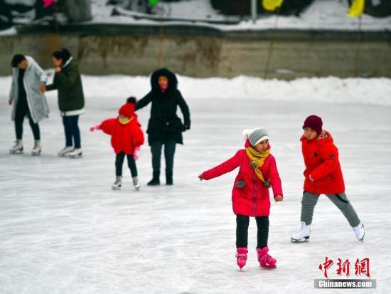 资料图:寒假期间,2新疆乌鲁木齐市红山公园内的滑冰场上,青少年在此练习滑冰。中新社记者 刘新 摄