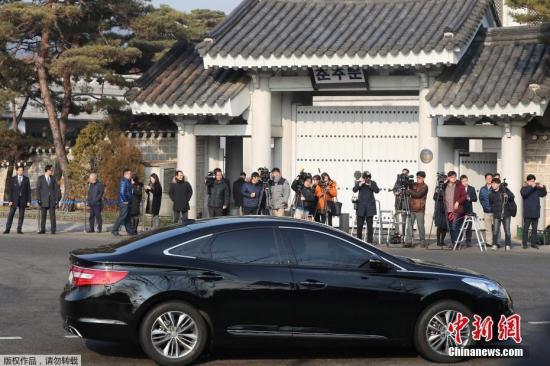 资料图:记者在韩国首尔青瓦台总统府外等待特别检察组。