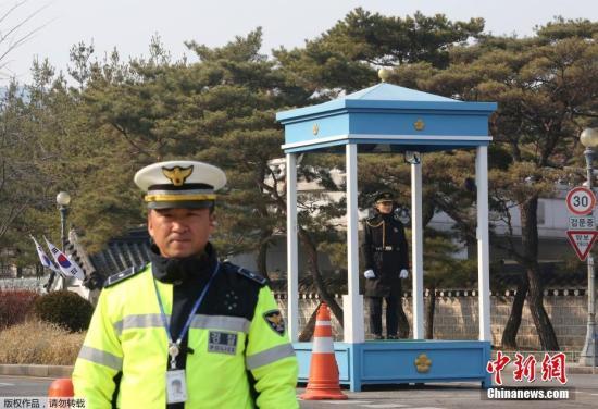 2月3日,警察在韩国首尔青瓦台总统府外警戒。