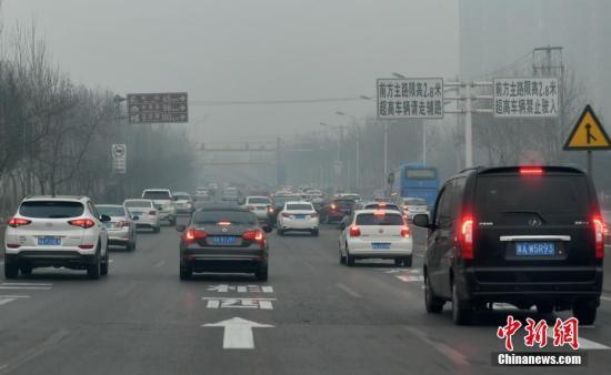 资料图:河北省石家庄等多地遭遇雾霾天气。中新社记者 翟羽佳 摄