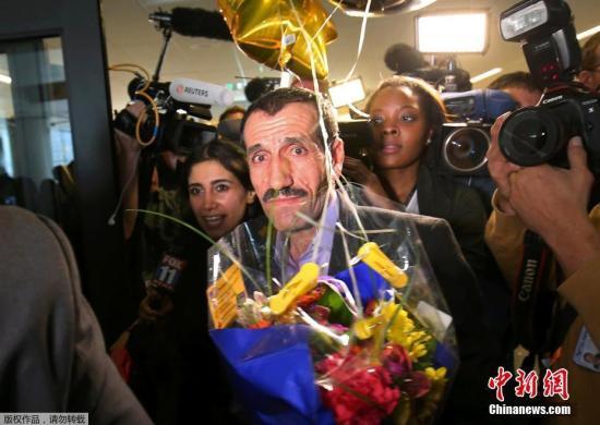 当地时间2017年2月2日,美国洛杉矶,因特朗普对七国入境禁止令遭遣返的伊朗男子Ali Vayeghan,受惠于洛杉矶联邦检察官的抵制令经由洛杉矶重返美国领土,在机场受到热情欢迎。据悉,自从特朗普的行政命令导致全国上下反对声浪后,Ali Vayeghan是第一个在禁令后成功返回美国的人。