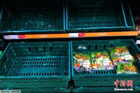 資料圖:英國倫敦空蕩的超市蔬菜貨架。