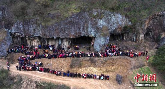 图为1月31日,嵊州市下王镇石舍村任姓后裔在该村火山节理遗址上拍摄全家福。<a target='_blank' href='http://www.chinanews.com/'>中新社</a>发 张亮宗 摄 图片来源:CNSPHOTO