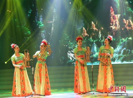 """2月4日晚,2017年""""文化中国·四海同春""""在印尼的首场演出在棉兰开演。图为中国演员表演印尼器乐舞蹈。<a target='_blank' href='http://www.chinanews.com/'>中新社</a>记者 林永传 摄"""