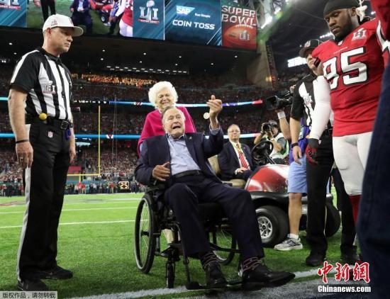 """2月5日,美国国家橄榄球联盟年度冠军赛""""超级碗""""在息斯敦举走,美国活着最年长前总统老布什(George H. W. Bush)携妻子芭芭拉(Barbara Bush)亮相。"""