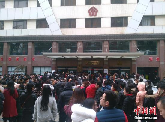 资料图:来自河南全省的上千名求职者应聘河南自贸区郑州片区综合服务中心144名窗口服务人员。 韩章云 摄